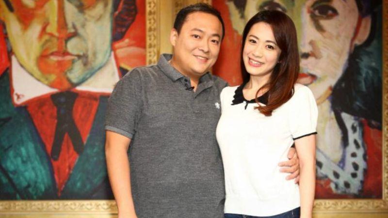 ▲柯以柔(右)和郭宗坤昔日甜蜜恩愛,常一起上電視節目。(圖/公視提供)