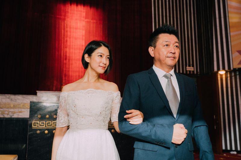 ▲庹中華(右)牽愛女賴雅妍出閣。(圖/華映娛樂提供)