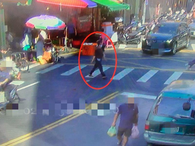 ▲家住宜蘭61歲陳姓女慣竊,搭火車跑來新北市板橋,混進傳統市場內,趁著被害人購物時扒竊錢包。(圖/板橋分局提供)