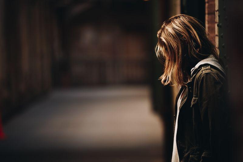 ▲女網友表示男友常常因為她的工作是約聘職位而酸言酸語,讓她覺得非常累。(示意圖,圖中人物與文章中內容無關/取自unsplash)