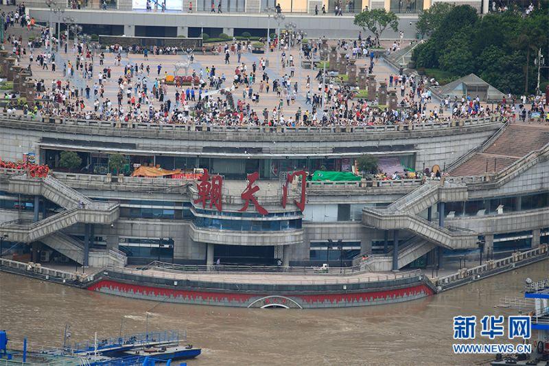▲8/18重慶朝天門大部分都被洪水淹沒。(圖/翻攝自新華網)