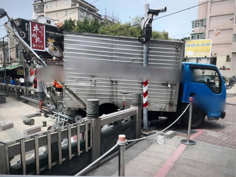 ▲自小貨車撞毀北鎮廟右側圍籬,恐賠償十多萬元修復費用。(圖/金門縣警局提供)