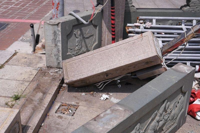 ▲重達百公斤的石造圍籬被撞毀傾倒,可見當時撞擊力道有多大。(圖/記者蔡若喬攝)