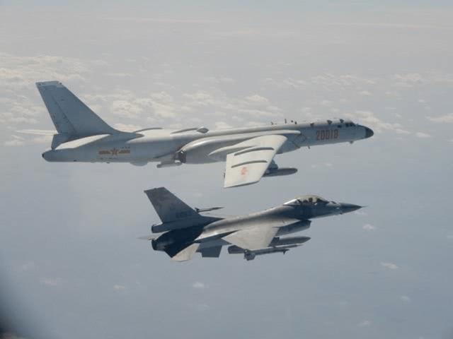 ▲台灣F-16戰機飛行於中國轟6戰機旁。(圖/翻攝自央視)