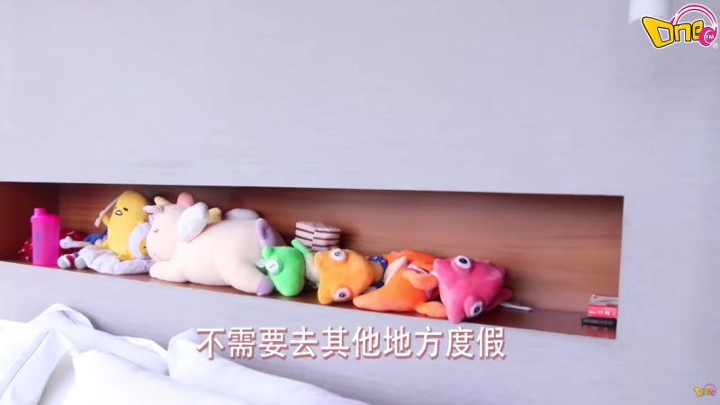 ▲臥房床頭擺有幾隻布偶,洩露李元玲的少女心。(圖/One