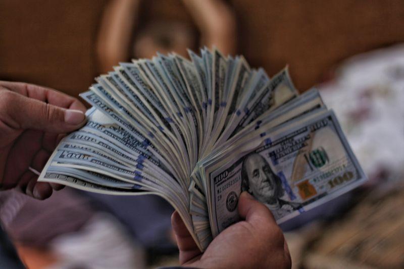 ▲男曝一數據,表示年薪一百萬就贏過97%的人,不過卻遭眾多網友打臉。(示意圖,與文章中內容無關/取自unsplash)