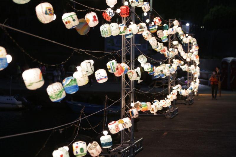▲「草里潮市集」海燈懸掛及文青峰市集攤位打造漁港全新風格。(圖/新北市農業局提供)