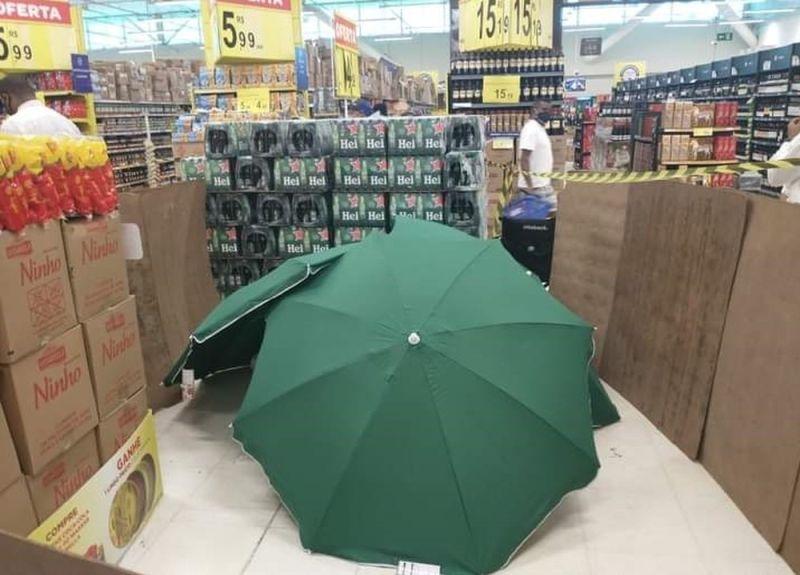 店員猝死!賣場「以傘蔽屍」照營業 家屬怒:人命不值錢