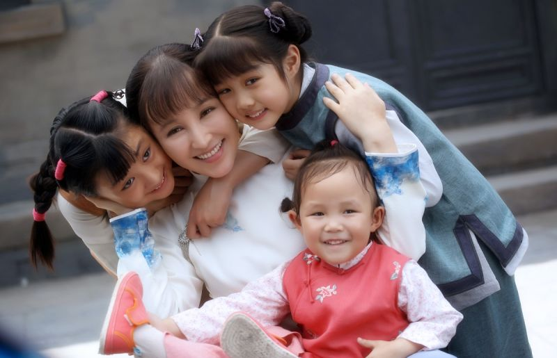 ▲岳麗娜和女兒(前)都演出《娘道》。(圖 / 緯來提供)