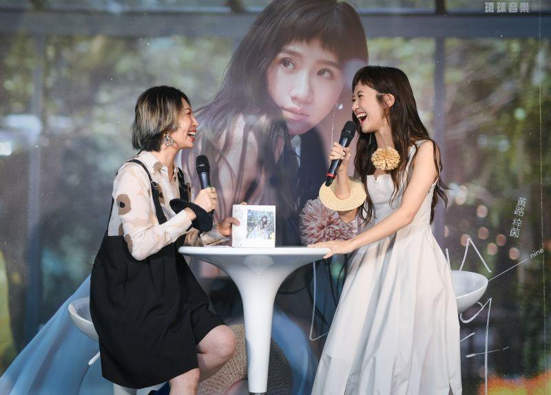 ▲Lulu黃路梓茵(右)推出新專輯,談起歌曲《讓我們在一起吧》,她笑說讓人想談戀愛,還開玩笑表示想要等魏如萱的兒子長大。(圖/環球音樂提供)