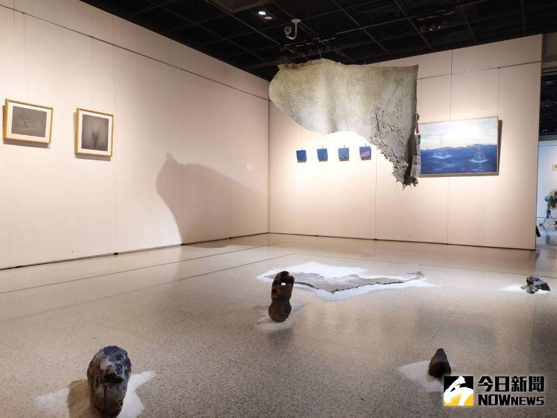 ▲13位年齡介於25到32歲的年輕藝術家,以繪畫、水墨、膠彩、數位影像、立體雕塑與複合媒材裝置,傳達屬於他們這個世代的思維。(圖/記者葉靜美攝,2020.08.20)