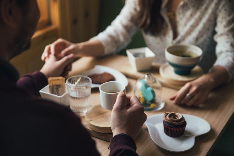 ▲男網友分享自身經驗,某日要約女同事吃飯遭拒,竟在同間餐廳遇到主管帶著該名女同事吃飯,讓他超尷尬。(示意圖,圖中人物與文章中內容無關/取自 pixabay )