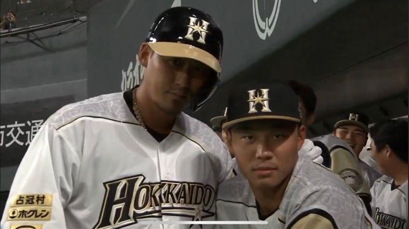 ▲中田翔、王柏融(右)一起慶祝全壘打。(圖/取自GAORA Sports)
