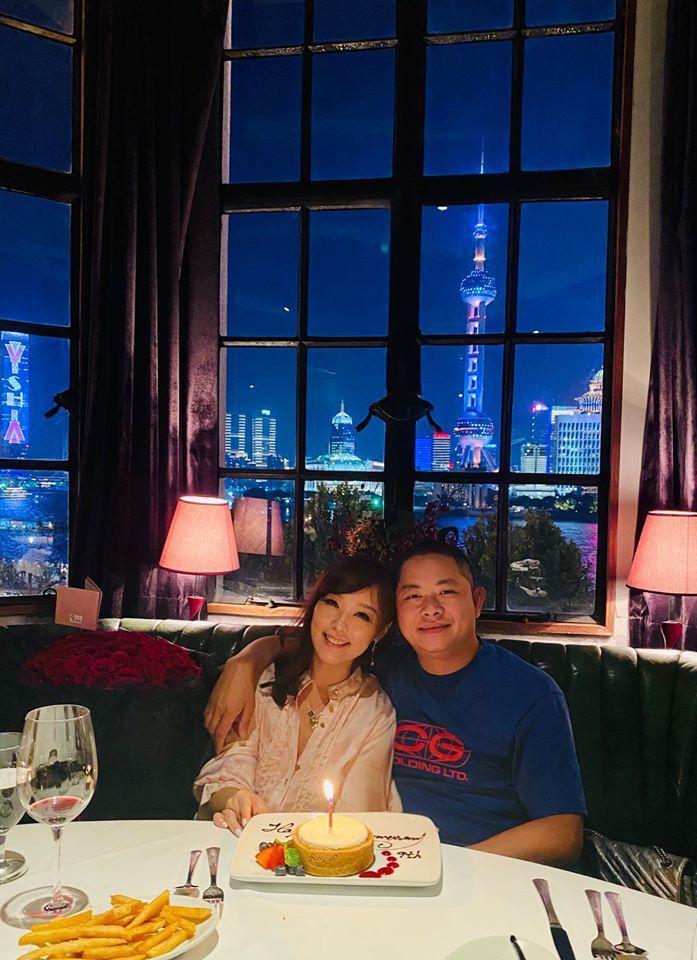 ▲小蜜桃與慶祝9年柳婚。(圖/小蜜桃臉書)