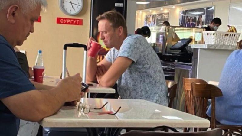 ▲納瓦爾尼在當天登機前,曾在機場喝了一杯茶,他的親信和支持者強烈懷疑,有人在茶裡動了手腳。(圖/翻攝自英國電訊報)