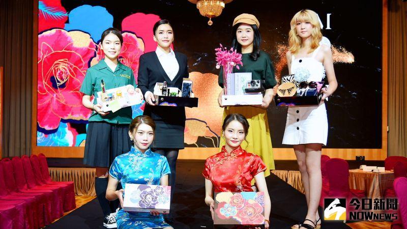 ▲月餅禮盒發表會由員工打扮成文青、學生等秀包裝巧思。(圖/記者陳美嘉攝,2020.08.20)