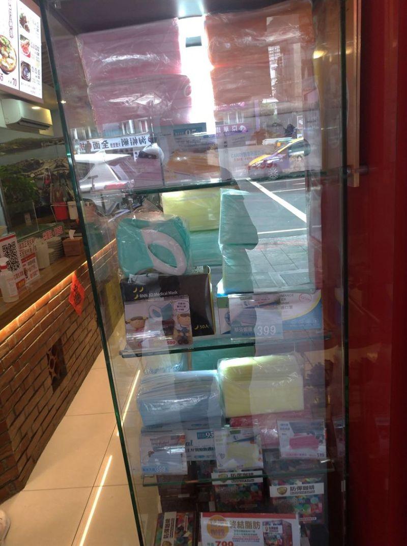 ▲男網友PO出在台北市某家蚵仔麵線店的口罩櫥窗,引起網友熱議。(圖/翻攝自《口罩現貨資訊/台灣製造MIT口罩交流/口罩公社》)