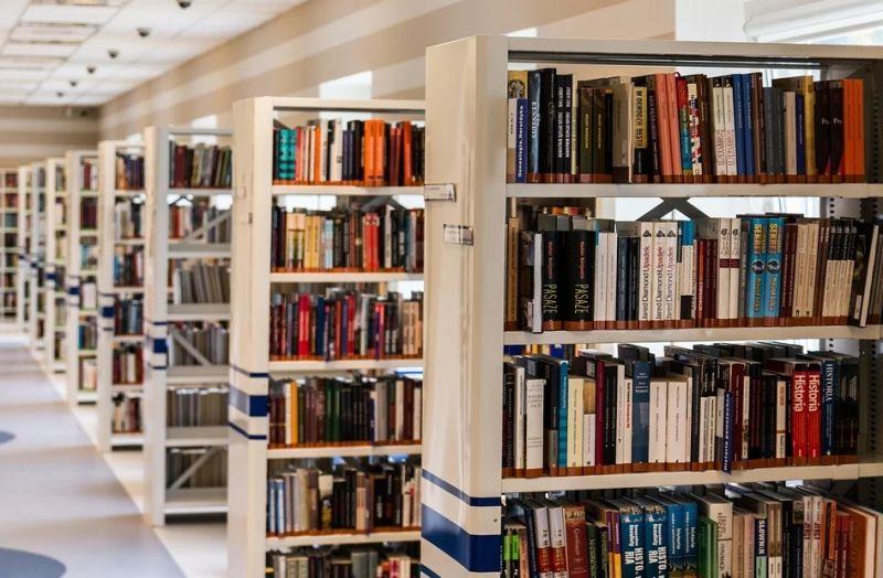 ▲網友抱怨,在圖書館的自修室讀書,卻遇到兩個國中生妹妹在聊天,好意提醒卻被對方回嗆。(示意圖/翻攝自《pixabay》 )