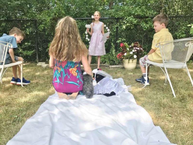 ▲罹癌老狗托比(Toby)先前被診斷出時日不多,小主人迪隆(Dillon)立刻提出一個想法,要讓牠和相愛的另一隻狗狗柔伊(Zoey)結婚,希望牠們幸福到最後一刻。(圖/Jennifer Burke)
