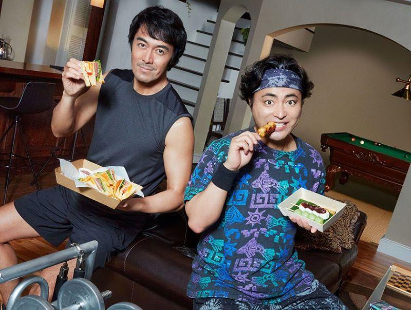 ▲阿部寬(左)和山田孝之為外送平台拍廣告。(圖/日網)