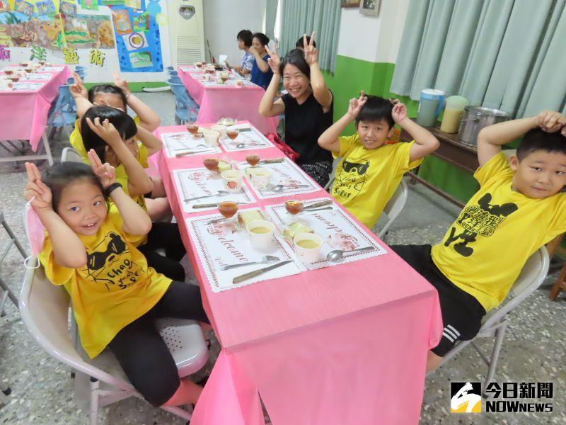 ▲企業人士在結業式犒賞學童吃排餐,學生享用排餐美食心情快樂無比。(圖/記者陳雅芳攝,2020.08.22)