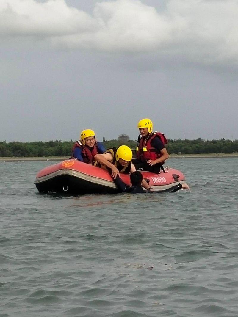 ▲水上救生演練。(圖/台南市消防局提供)