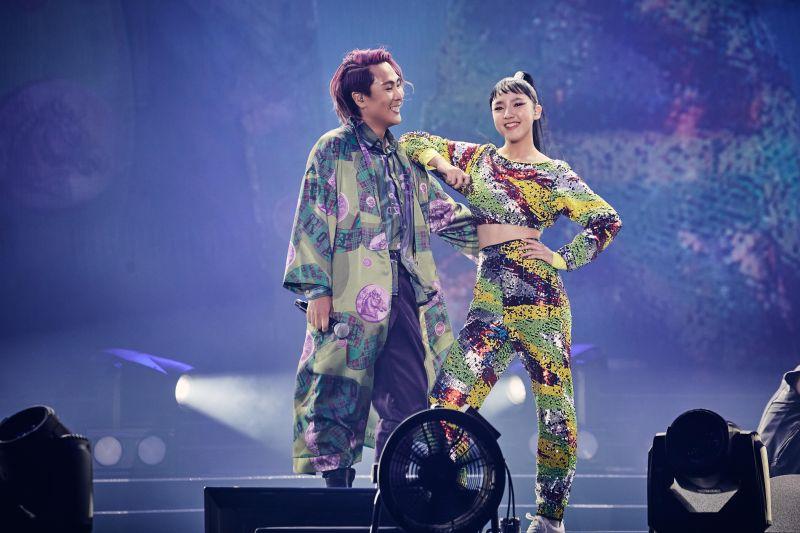 ▲王仁甫(左)與13歲女兒PK舞技,急於求讚美的他,遭許孟哲虧「注意身教」。(圖/華貴娛樂提供)
