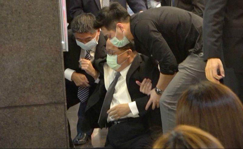 ▲前台中市長胡志強在出席郝柏村追思會時,於門口不慎跌倒。(圖/記者陳明安攝,2020.8.23)