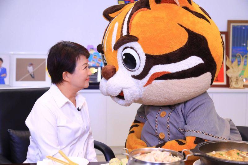 ▲市長盧秀燕與虎爸PK,共同行銷台中21家必比登美食,盧必須勝過虎爸才能品嘗料理(圖/市政府提供2020.8.23)