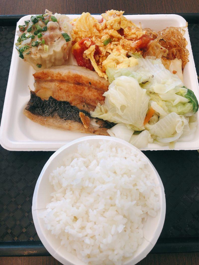 ▲原PO的餐盤中夾了4菜1肉,其中肉的部分更是魚肚,菜色看起來相當豐盛。(圖/翻攝