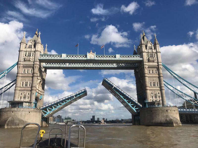 ▲倫敦塔橋在英國當地時間 8/22 日下午因為技術問題無法下降,目前仍只開放行人通過。(圖/翻攝自 Twitter)