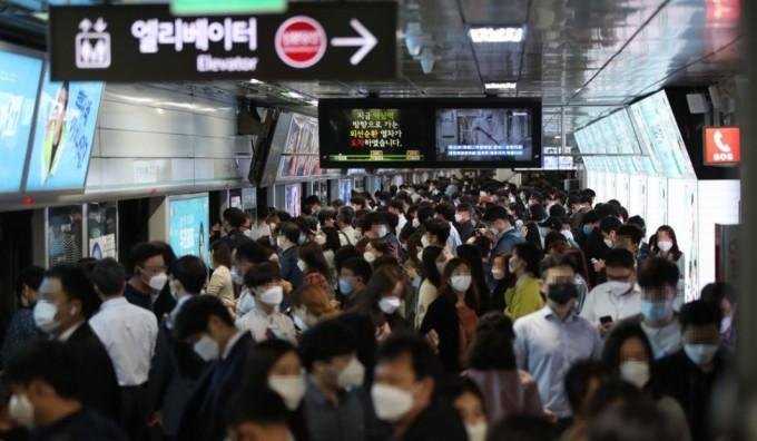 ▲韓國地鐵內的乘客大多都有配戴口罩。(圖/翻攝自韓國《東亞日報》)