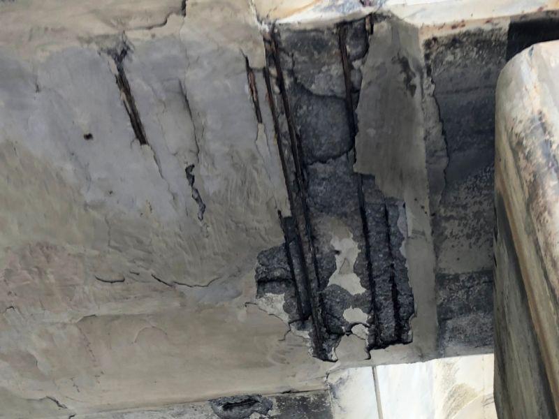 ▲中壢工務段表示,可能因為鹽害嚴重造成鋼筋鏽蝕將混凝土撐開,造成混凝土塊掉落。(圖/記者李春台翻攝)