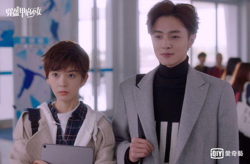▲陳瑤(左)女扮男裝與官鴻意外相識入隊。(圖