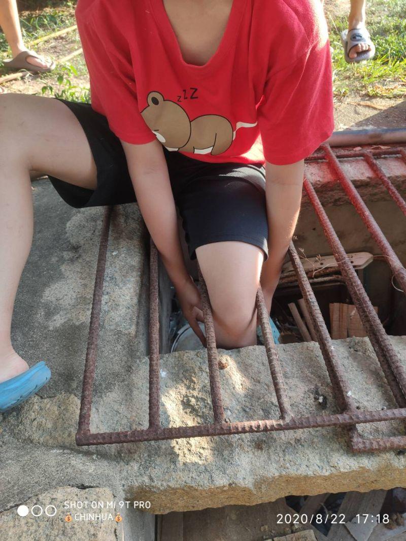 孩童因踩空,左腳卡在鐵製水井防護柵欄的間隙中