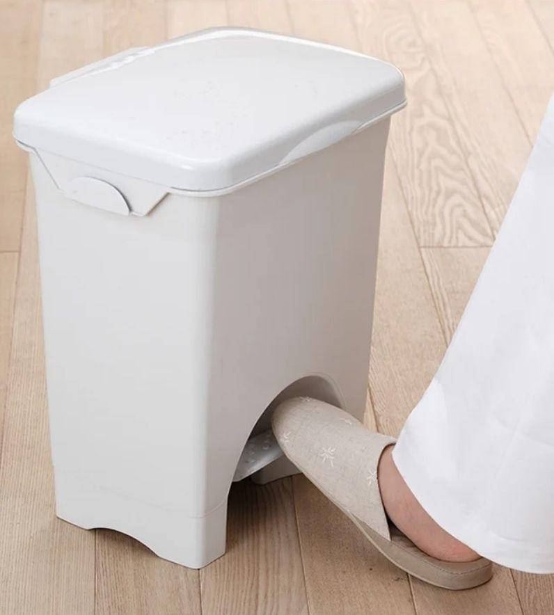▲原PO表示,要方便又不怕濕,為什麼不用垃圾桶?(示意圖/翻攝自《Dcard》
