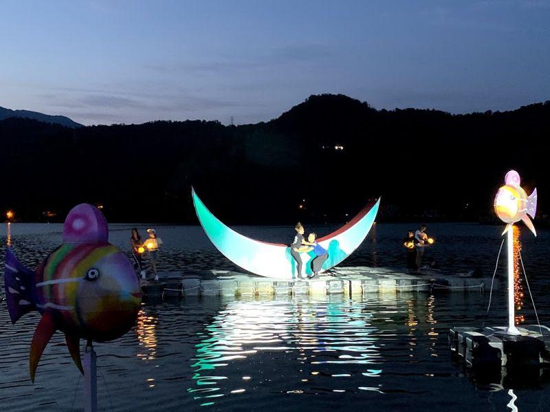 ▲以龍潭湖面為舞台,演繹牛郎織女水上相會的現代舞劇綵排。(圖/記者李清貴攝,2020.08.24)