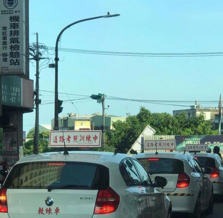 ▲網友在路上驚見,竟然有駕訓班的教練車,全部都是BMW。(圖/翻攝自《爆怨公社》
