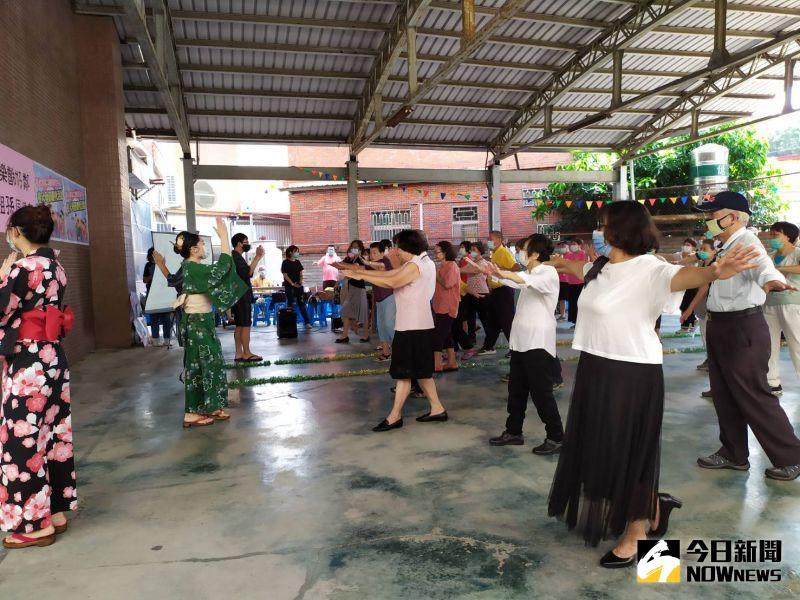 ▲簡單易學的舞蹈動作,讓參與其中的祖孫們在開場祭典舞中跟著動了起來。(圖/記者葉靜美攝,2020.08.25)