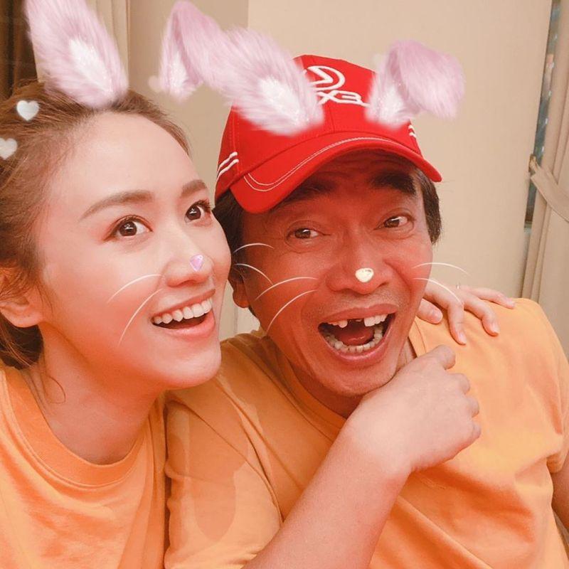 ▲吳宗憲(右)和大女兒吳姍儒(左)一同主持節目。(圖/吳宗憲IG)