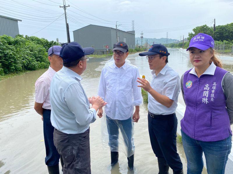 高雄市長陳其邁視察嘉興橋淹水情況。(圖/高雄市政府提供)