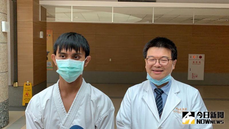 ▲打斷手骨顛倒勇的金牌選手黃俊賢(左)與主治醫師許維修醫師。(圖/記者陳惲朋攝)