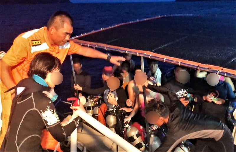 ▲澎湖海巡隊搜救人員研析當地地形、潮汐、海流及風向佐以經驗判斷,在東吉東2.6浬尋獲在海上漂浮的落水者。(圖/澎湖海巡隊提供)