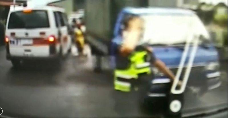 不慎受傷員警以右手貼著右額頭。(圖/記者陳惲朋翻攝)