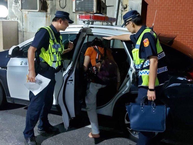 ▲員警將陳姓婦人帶返所安置,並依循其供述的線索找尋。(圖/記者蘇榮泉翻攝,2020.08.26)