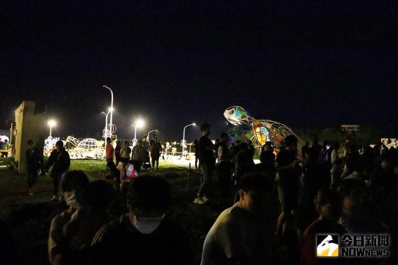 ▲主題燈區有港灣海陸燈光展演秀,藝術燈區作品中則運用了現代科技打造大型互動燈飾,讓人彷彿倘佯在海底世界中。(圖/記者張塵攝,2020.08.26)