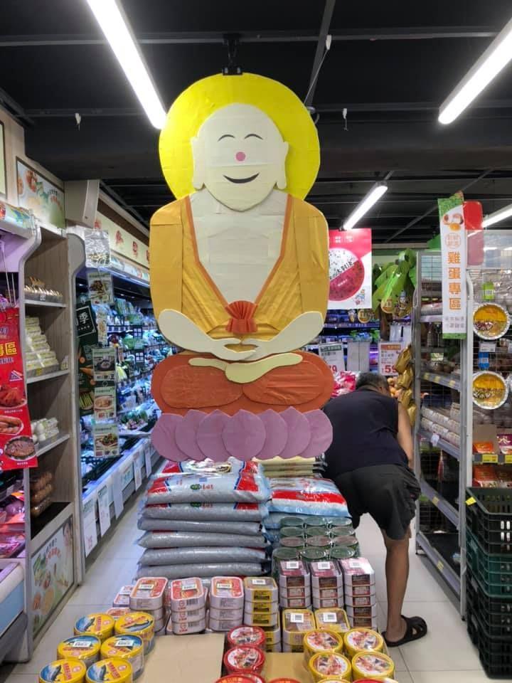 ▲北投某家全聯店內有一尊大佛祖盤腿坐在蓮花上,頭部後方還散發著金黃色光圈,臉上更露出燦爛微笑。(圖/翻攝自臉書社團《我愛全聯-好物老實説》)