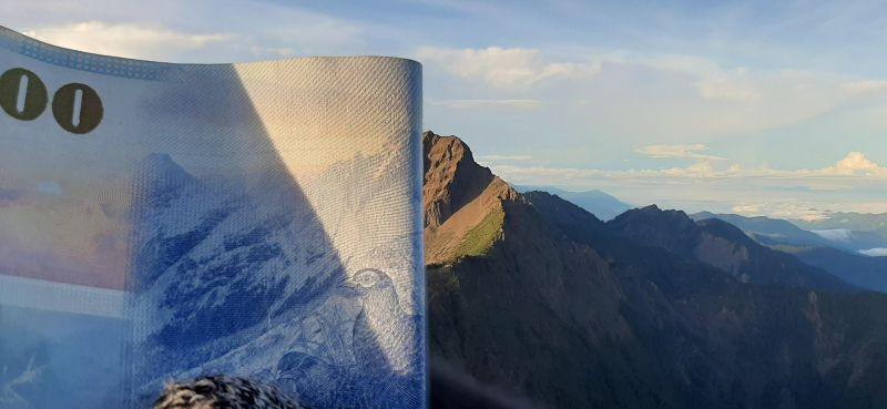 ▲這位作者早在一個月前就曾分享爬上玉山北峰拍攝的另一張千元鈔錯位照。(圖|@@IB-45/Reddit)