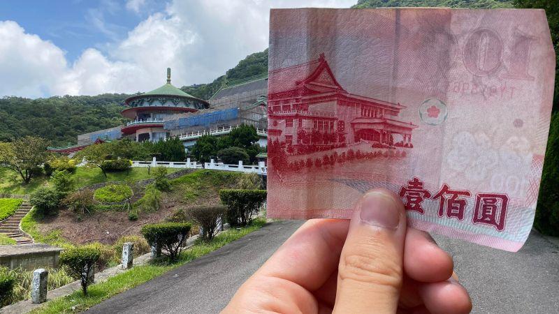 近日,一名外國網友在有美版PTT之稱的論壇Reddit分享兩張照片,他本人一手拿著百元、千元鈔票,完美拍出錯位照片