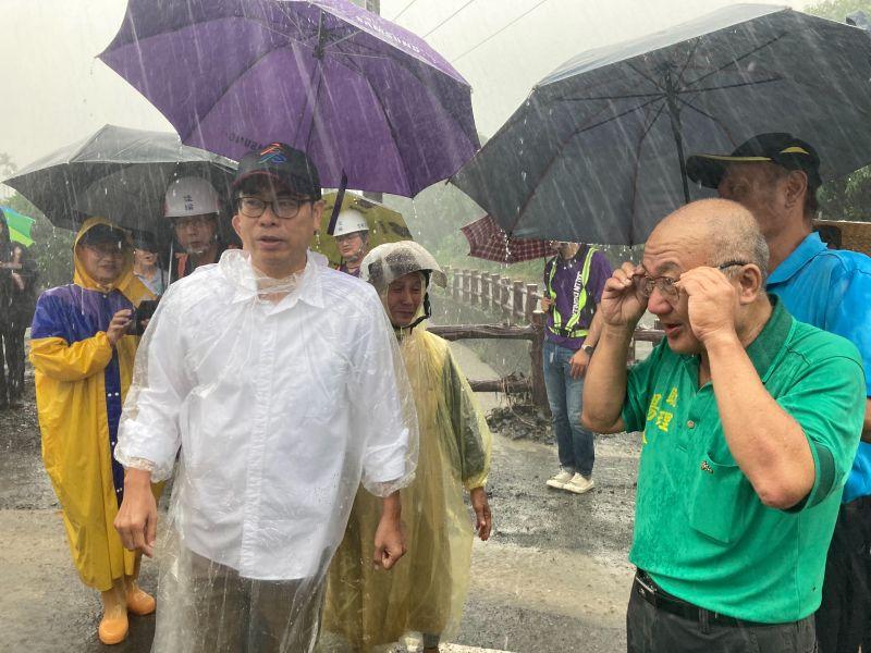 高雄市長陳其邁到六龜區中興里DF053潛勢溪流現地勘查。(圖/高雄市政府提供)